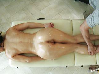 Порно массаж брюнетки